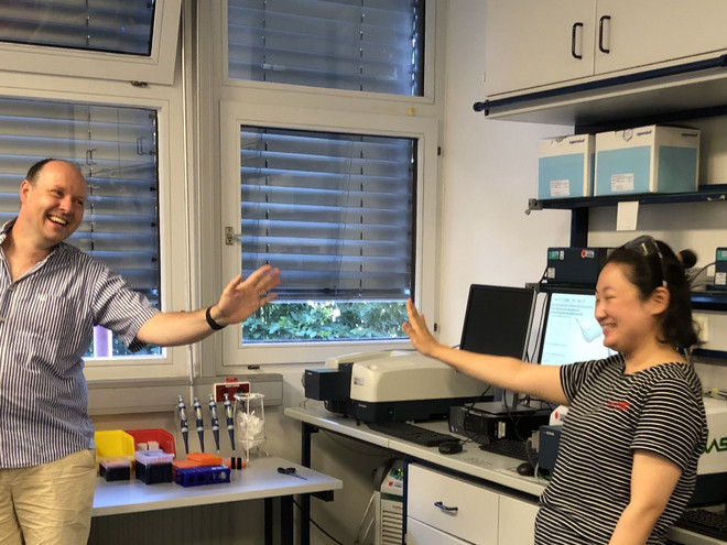 Picture of Prof. Dr. Clever saying goodbye to Dr. Haeri Lee in the laboratory.