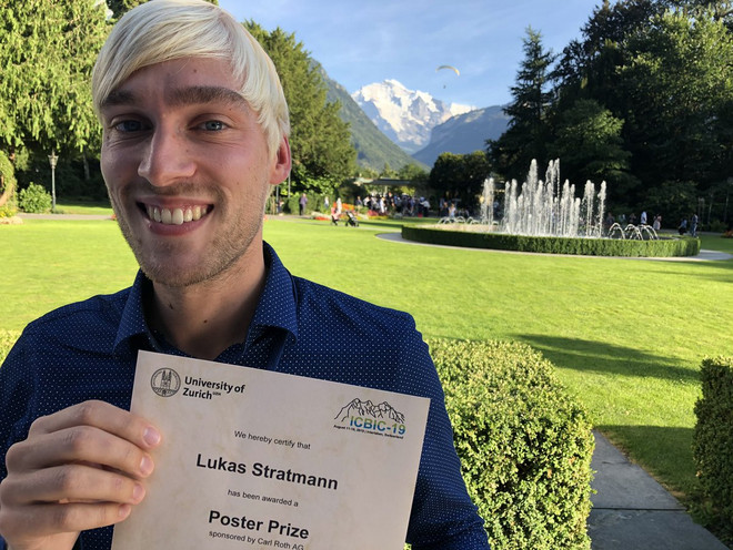 Picture of PhD student Lukas Stratmann with his poster prize at the ICBIC19 in Interlaken, Switzerland.